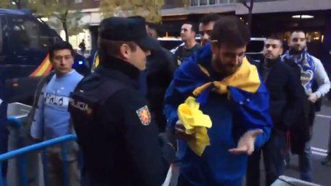 River-Boca: La Policía retira elementos inflamables amarillos a seguidores de Boca