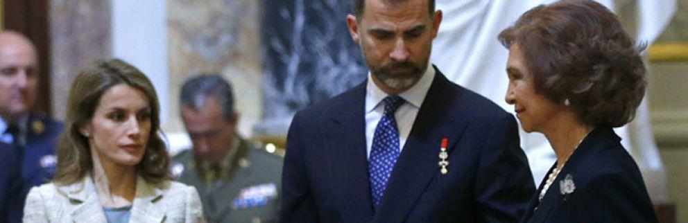 Foto: La princesa Letizia ni comulga ni hace la reverencia protocolaria en el homenaje a Don Juan de Borbón