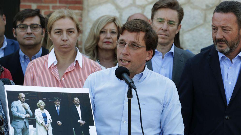 Foto: El portavoz del Partido Popular en el Ayuntamiento de Madrid, José Luis Martínez-Almeida(4ºd), en el Matadero de Madrid. (EFE)