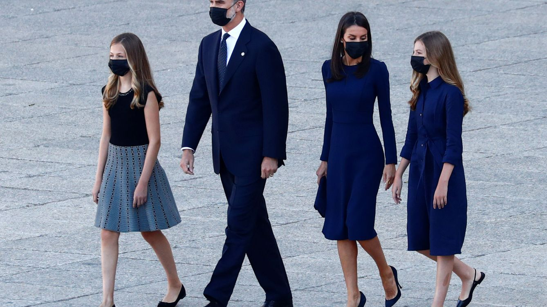 Letizia, sobria y clásica con un vestido azul de Carolina Herrera para el homenaje real