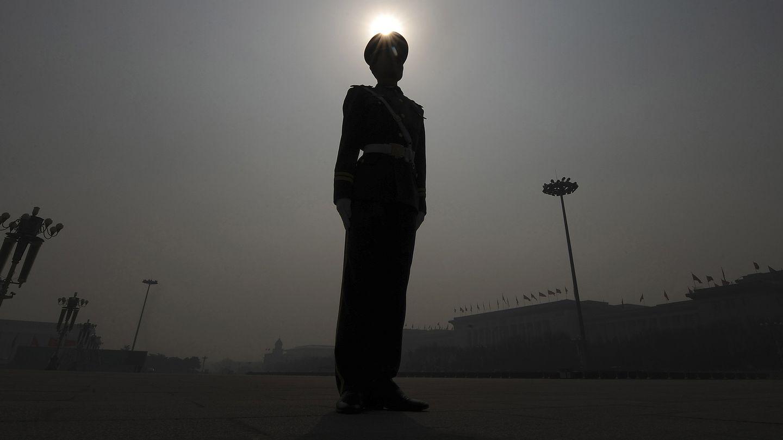 Un policía paramilitar hace guardia en la Plaza de Tiananmen, en Pekín (Reuters).