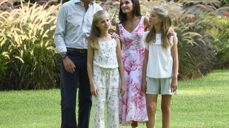 Letizia con Felipe VI y sus hijas en el posado de Marivent. (Limited Pictures)