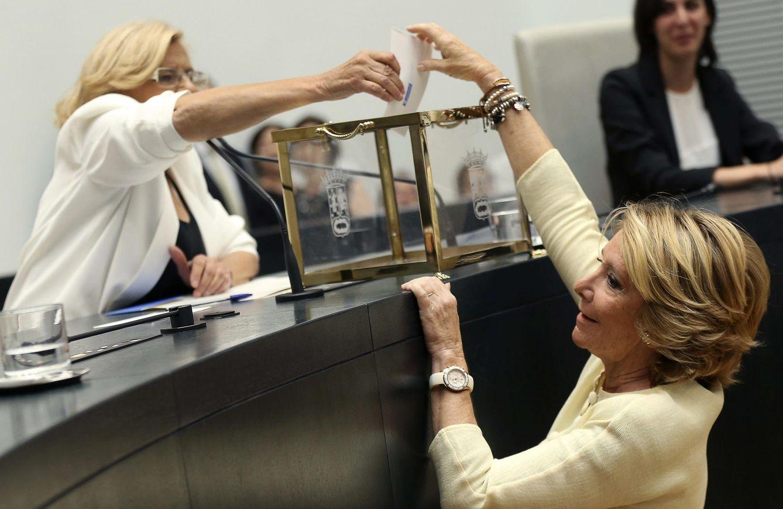 Carmena ayuda a Aguirre a introducir su voto en la urna (EFE)
