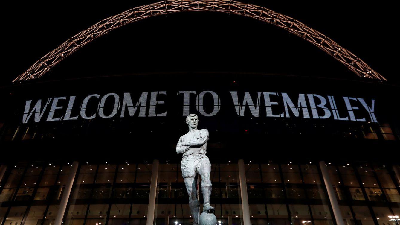 Foto: El nuevo Wembley, iluminado. (Reuters)