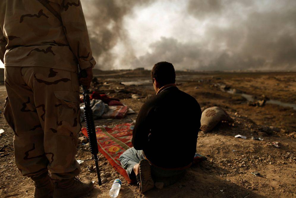 Foto: Un soldado iraquí custodia a un supuesto miembro del ISIS en un puesto de control en Qayyara, cerca de Mosul (Reuters).