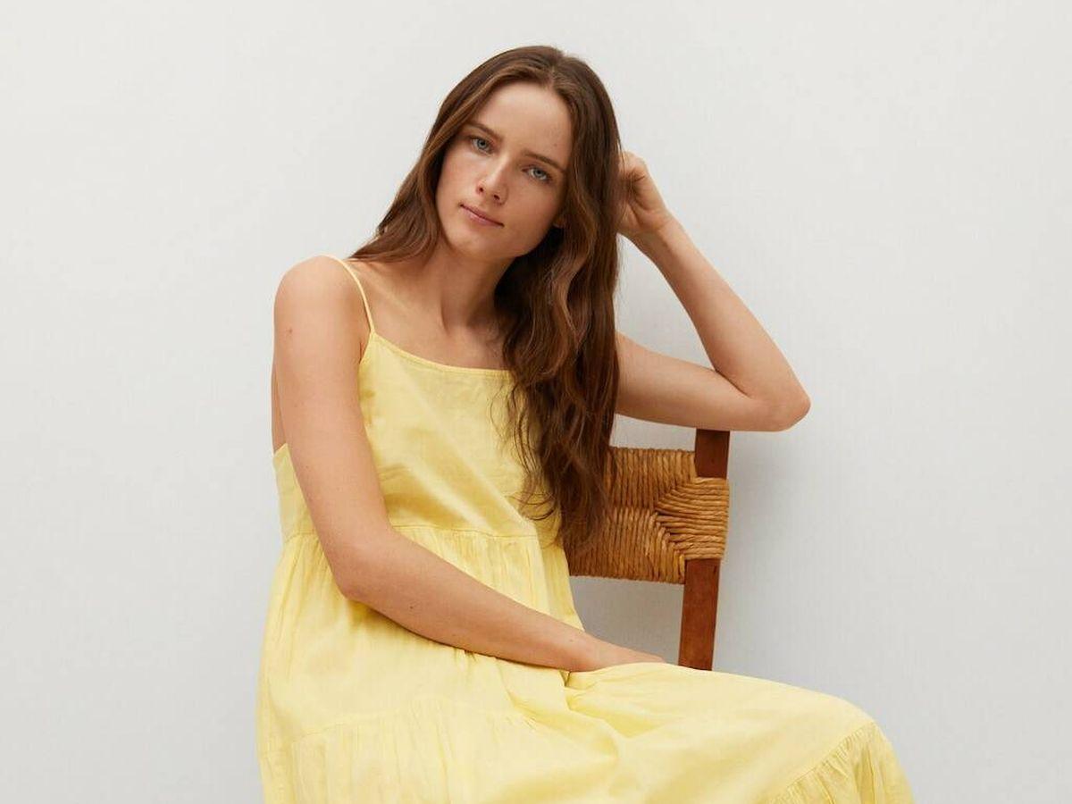 Foto: Mango nos propone varios complementos en amarillo, como este vestido largo de verano. (Cortesía)