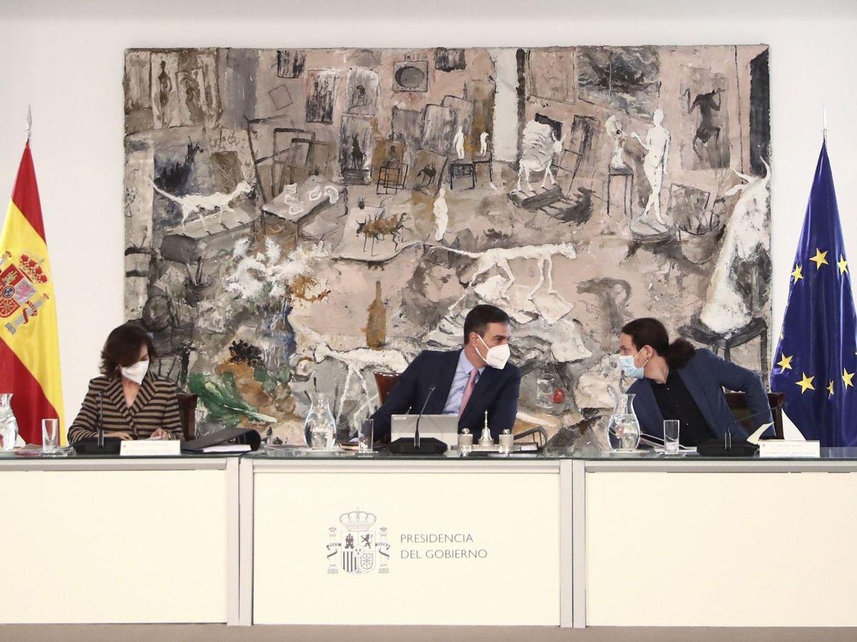 Foto: El presidente del Gobierno, Pedro Sánchez (c), junto a los vicepresidentes Carmen Calvo (i) y Pablo Iglesias. (EFE)
