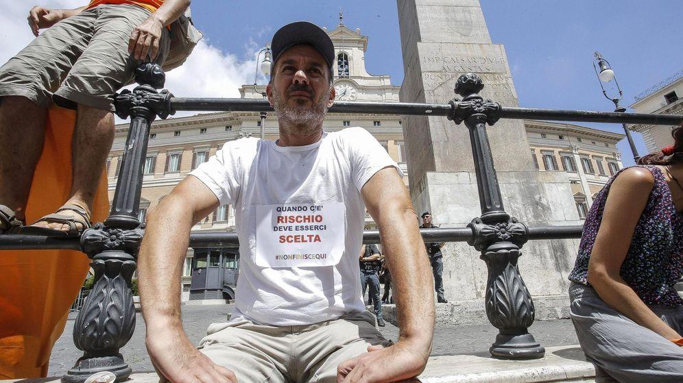 Foto: Un manifestante antivacunas con una camiseta en la que se lee 'Cuando hay un riesgo, debe haber una decisión' protesta en las afueras de la Cámara Baja en Roma. (EFE)