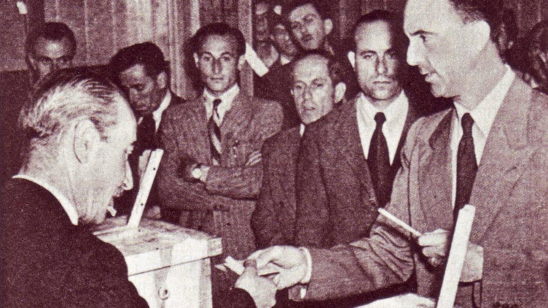 El rey Umberto II vota en el referéndum italiano de junio de 1946