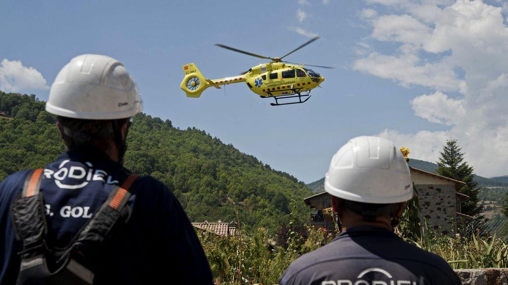 Foto: Un helicóptero trasladó al ciclista desde la comarca de La Garrotxa hasta un hospital de Girona (EFE/Robin Townsend)