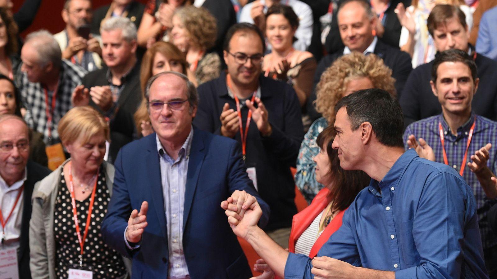 Foto: Pedro Sánchez saluda a Ángel Gabilondo, ante Cristina Narbona, Isaura Leal y Manolo Robles, el pasado 22 de octubre en el 13º Congreso del PSOE-M. (EFE)