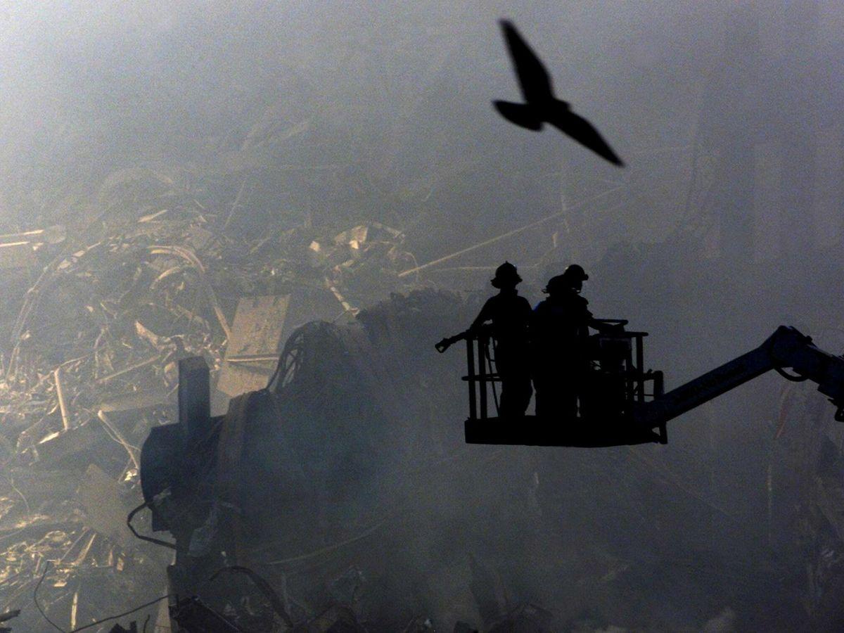 Foto: Cuerpos de rescate tras el atentado contra el World Trade Center de Nueva York. (EFE)