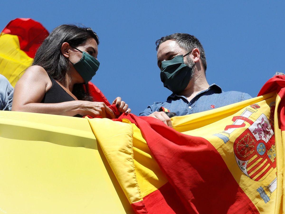 Foto: El líder de Vox, Santiago Abascal, y la candidata en Madrid, Rocío Monasterio. (EFE)