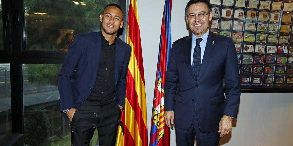 Foto: En la imagen, Neymar y Josep María Bartomeu (EFE)