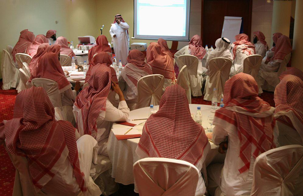 Foto: Miembros del Comité para la Promoción de la Virtud y la Prevención del Vicio (la policía religiosa saudí) durante un curso de formación, en septiembre de 2007 (Reuters)