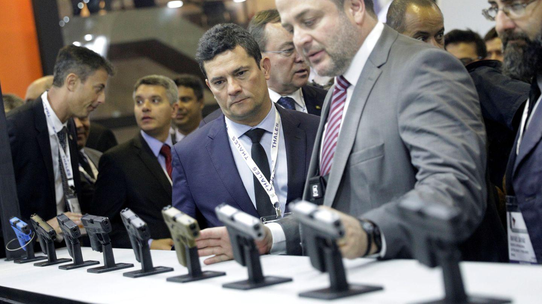 El ministro de Justicia de Brasil, Sergio Moro, en una exhibición de armas. (Reuters)