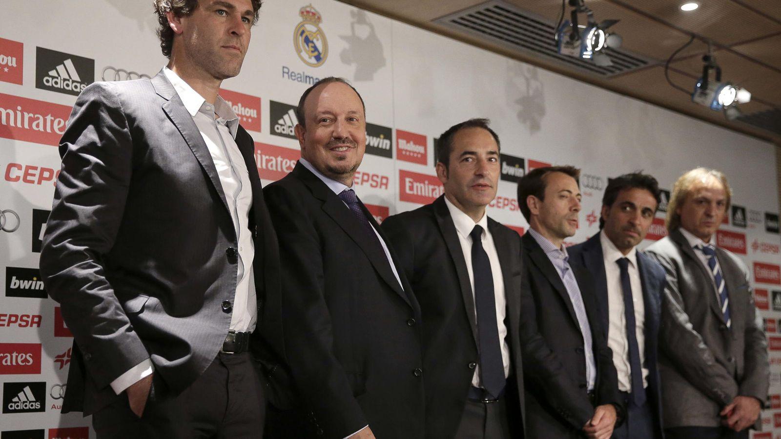 Foto: Rafa Benítez junto a su equipo de trabajo, incluyendo a Paco de Miguel (tercero por la derecha).