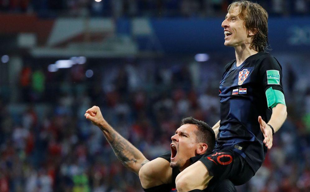 Foto: Modric, a hombros de Lovren, celebrando el pase a la final del Mundial. (Reuters)