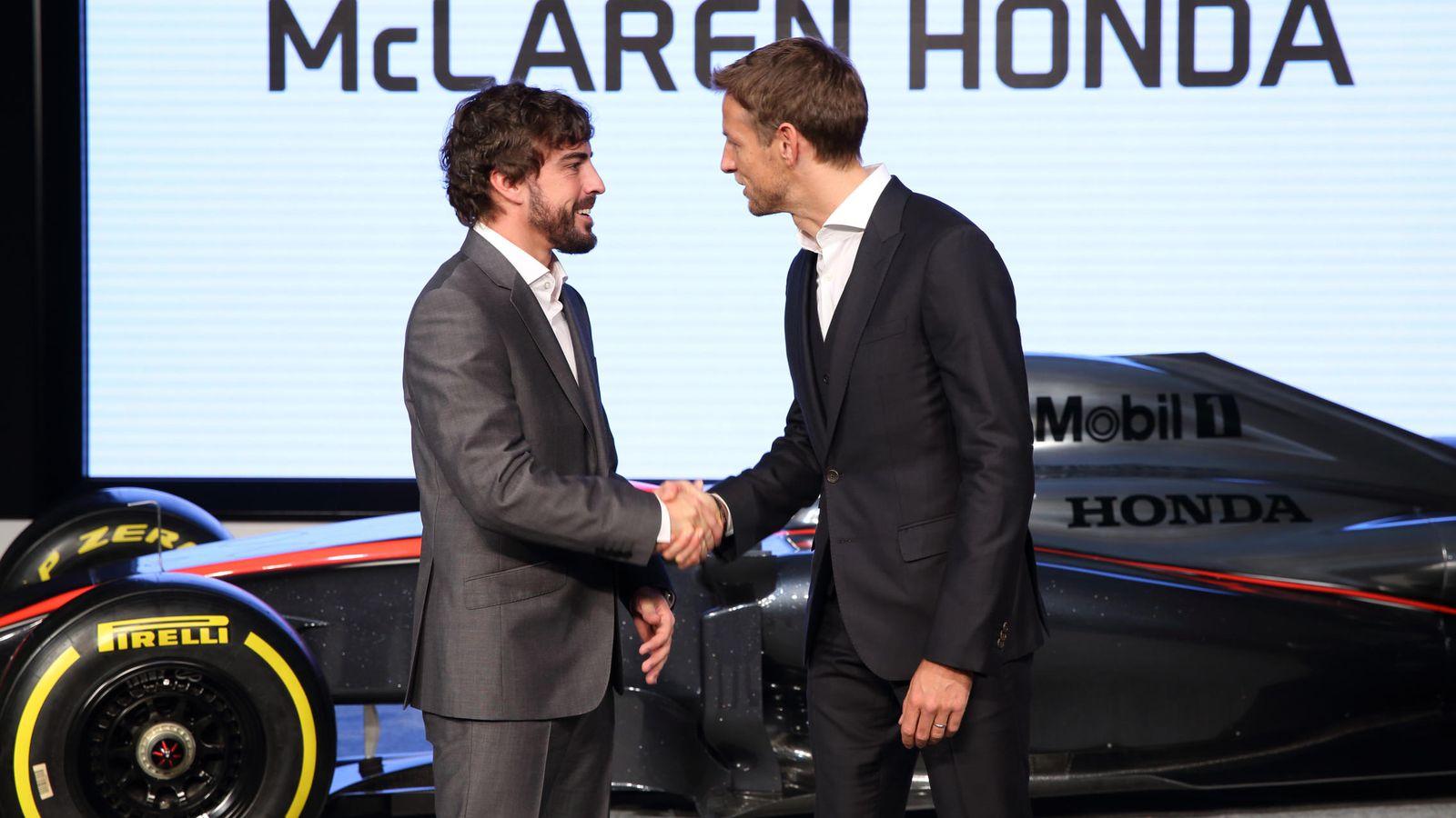 Foto: Alonso y Button dándose la mano antes de iniciar la temporada.