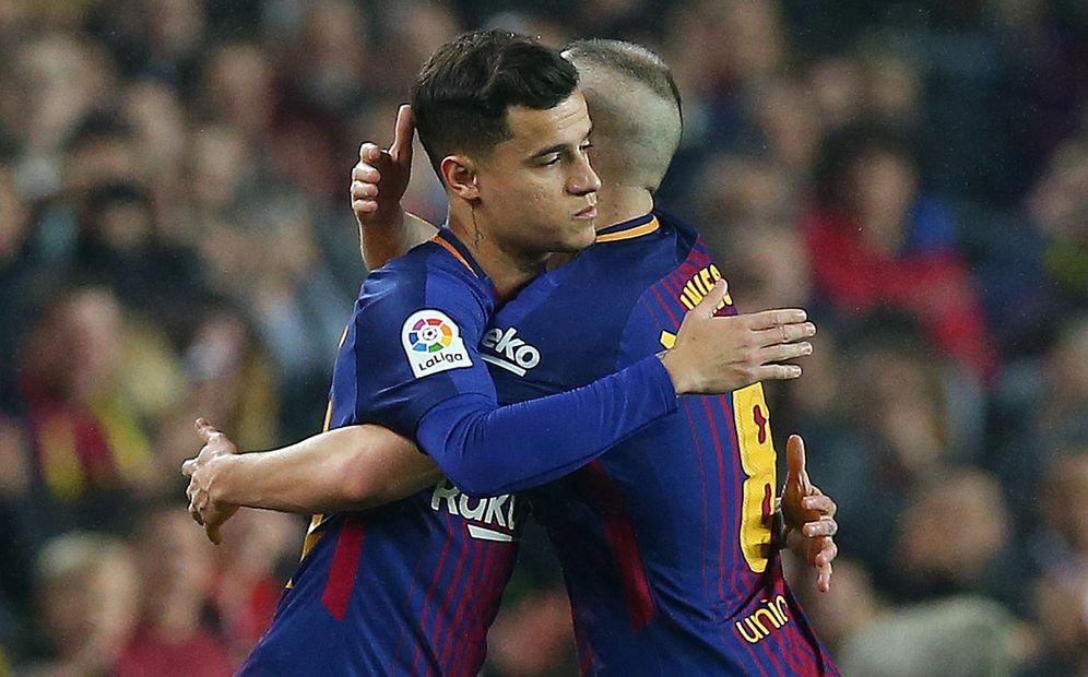 Foto: En laimagen, Coutinho abraza a Iniesta. (Reuters)