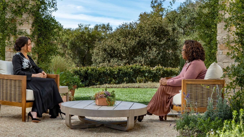 Meghan y Oprah, en un momento de la entrevista. (Reuters)