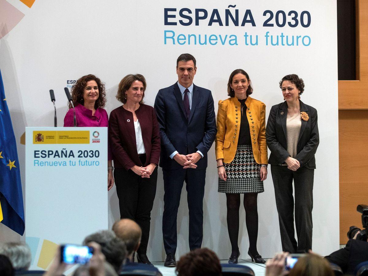 Foto: Foto de archivo del presidente del Gobierno junto con las ministras de Hacienda, Transición, Industria y Trabajo. (EFE)