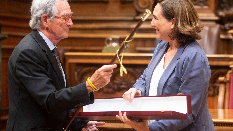 Ada Colau entrega la vara de mando municipal de honor al exalcalde Xavier Trias. (EFE)