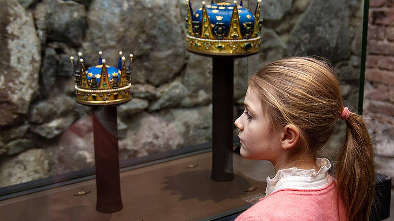 Estelle de Suecia, aprendiendo sobre la historia de su familia en los sótanos del Palacio Real. (Instagram @kungahuset)
