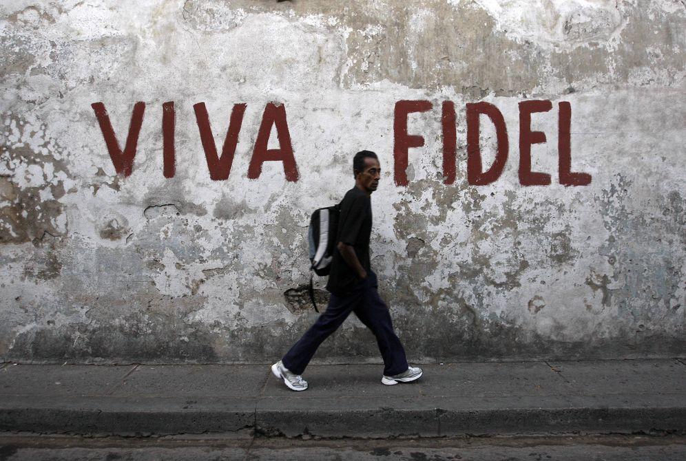 Foto: Un hombre pasa frente a un mural en apoyo de Fidel Castro en Santiago de Cuba, en diciembre de 2008 (Reuters)