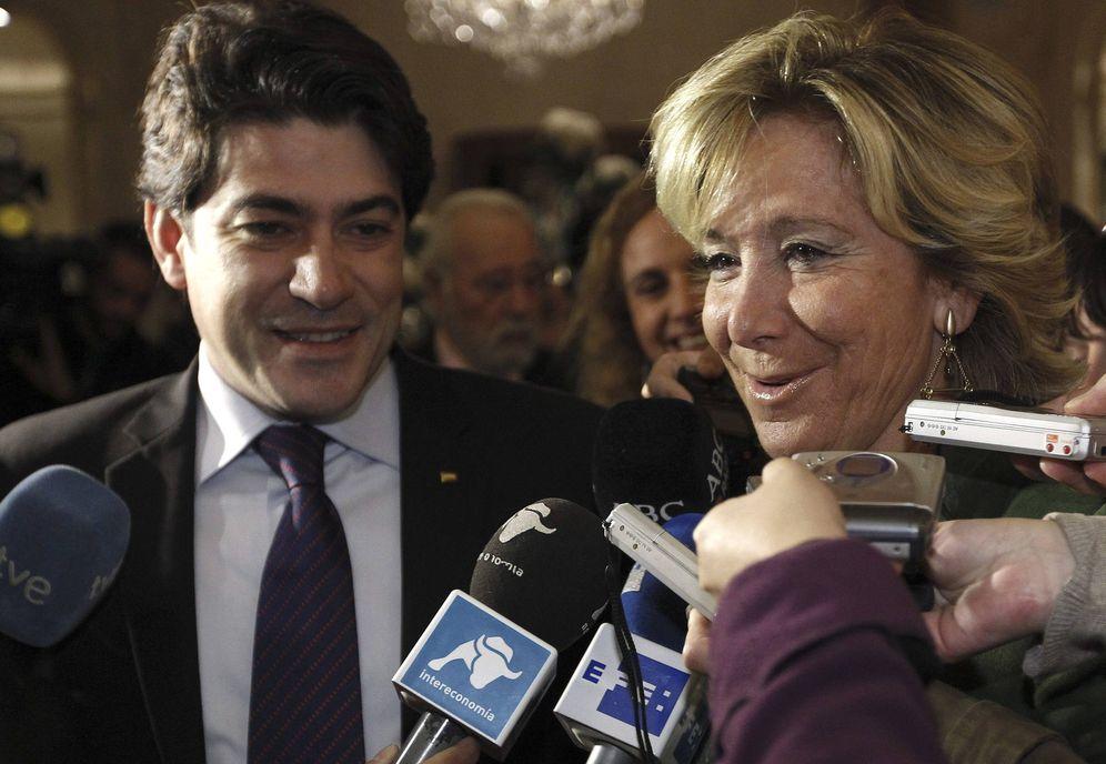 Foto: El alcalde de Alcorcón, David Pérez, junto a Esperanza Aguirre. (EFE)