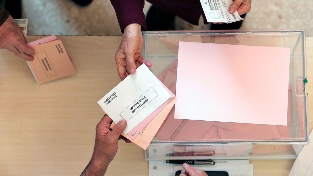 Foto: Una mesa de votación en Valencia. (EFE)