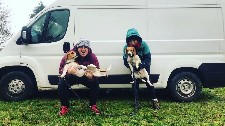 Laura y Eli con sus perros y su furgoneta en Francia. (Cedida)