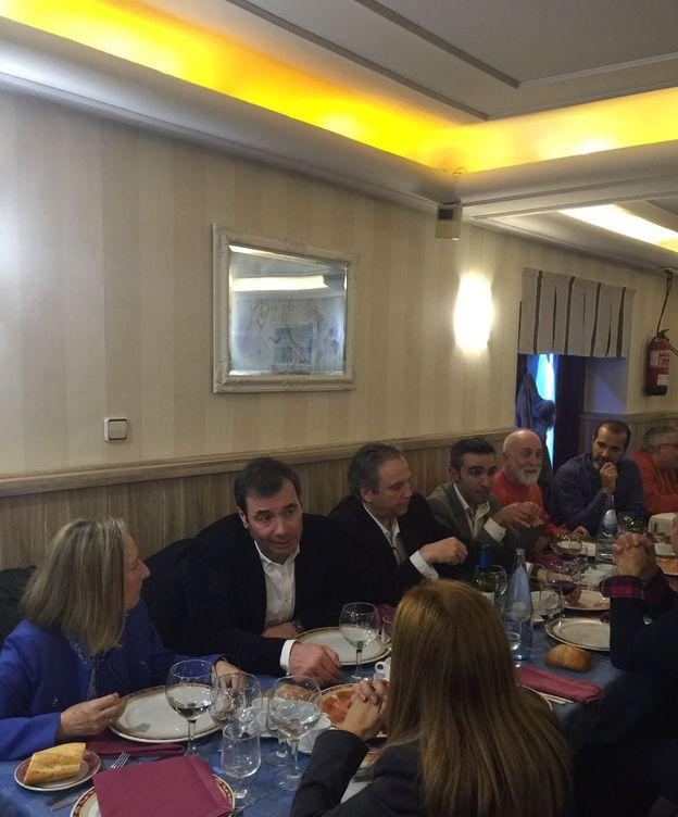 Foto: De izquierda a derecha: Amparo Valcarce, Tomás Gómez, Antonio Miguel Carmona y Eusebio González durante la cena. (EC)