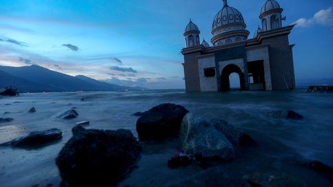 Indonesia, en reconstrucción y marionetas en la playa: el día en fotos