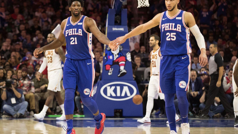Joel Embiid y Ben Simmons, las dos estrellas de los Philadelphia 76ers. (USA TODAY Sports)