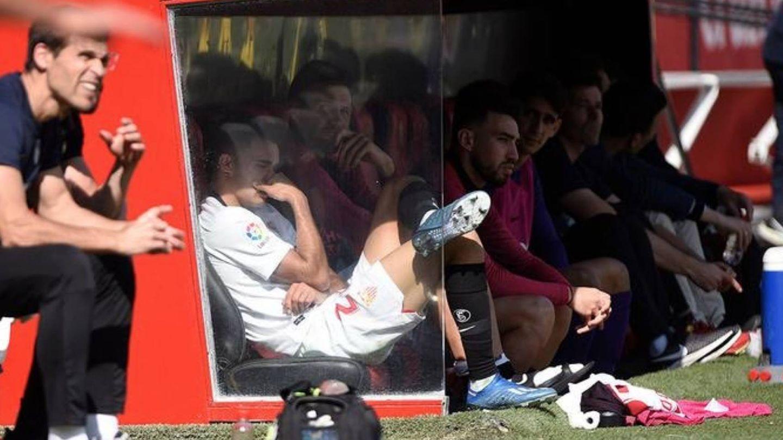Sergio Reguilón, afectado, en el banquillo del Sánchez Pizjuán en el partido contra el Espanyol