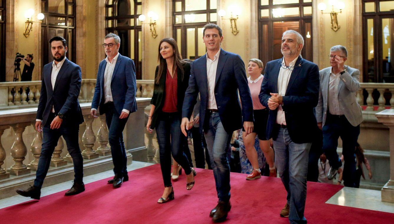 El presidente de Ciudadanos, Albert Rivera (c), acompañado por la portavoz del partido, Lorena Roldán (i), y el líder de la formación naranja en el Parlament, Carlos Carrizosa (d). (EFE)