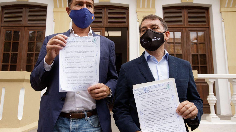 Los concejales de Coalición Canaria y Partido Popular en el Ayuntamiento de Santa Cruz de Tenerife José Manuel Bermúdez (i) y Guillermo Díaz (d). (EFE)