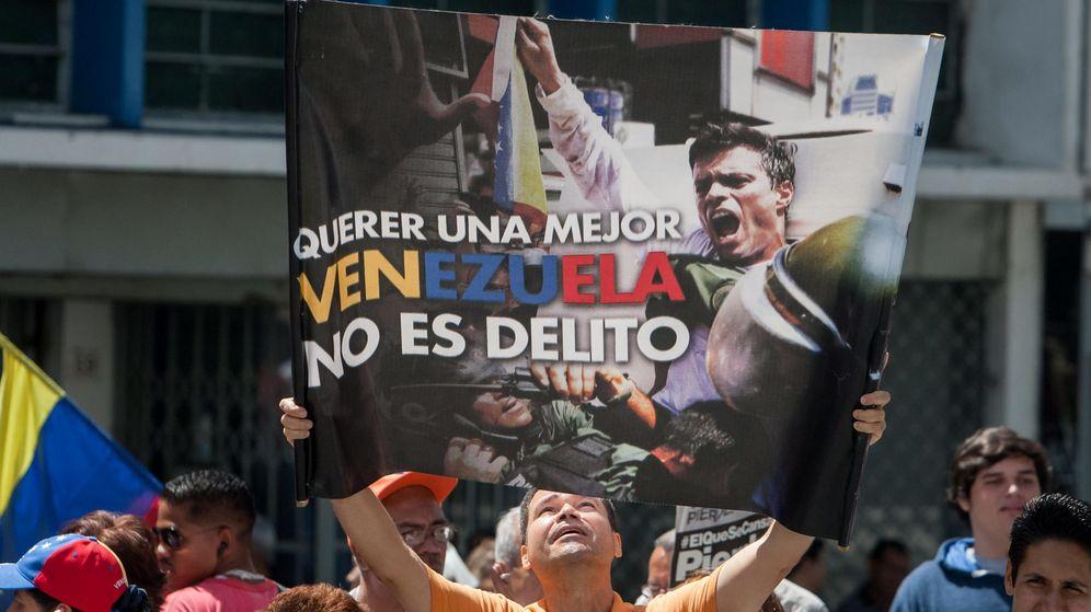 Foto: Un hombre sostiene un afiche del líder opositor venezolano Leopoldo López. (EFE)