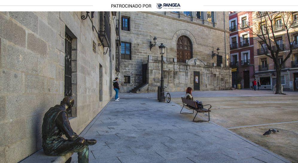Foto: Plaza de la Paja, en Madrid, donde un 'lector eterno' acompaña a los paseantes