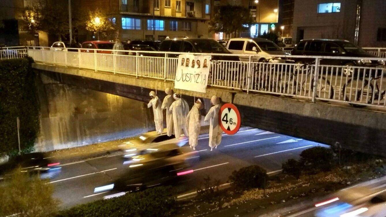 Cuelgan cinco muñecos de un puente en Pamplona con las caras de 'La manada'