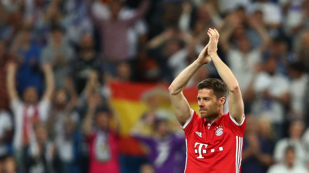 Foto: Xabi Alonso saluda al Bernabéu en el momento de ser sustituido. (Reuters)