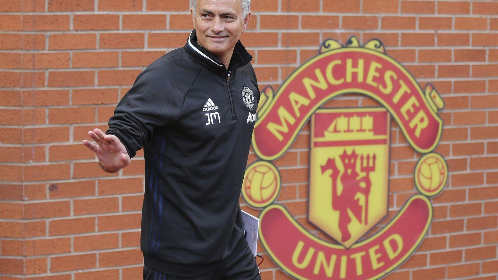 Foto: José Mourinho, en Old Trafford para su presentación como entrenador del Manchester United. (EFE)
