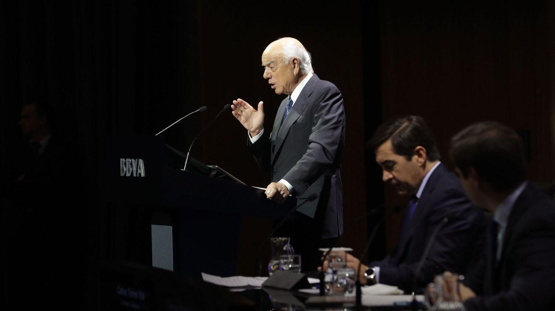 El expresidente de BBVA Francisco González y su sucesor, Carlos Torres Vila, durante la presentación de resultados de 2017. (EFE)