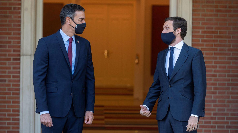 Sánchez recibe a Casado en el Palacio de la Moncloa. (EFE)