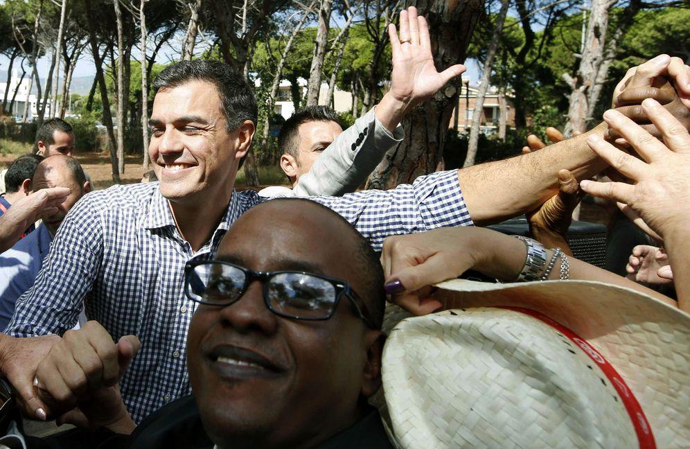 Foto: Pedro Sánchez saluda a militantes y simpatizantes tras su mitin este 24 de septiembre en Gavà, Barcelona. (EFE)