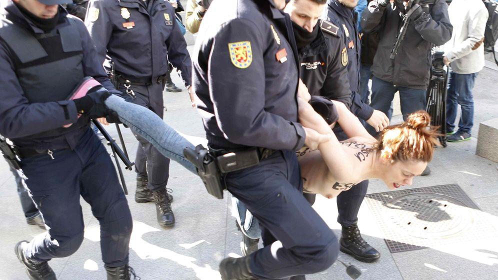 Foto: Una acivista de Femen, detenida durante una protesta contra la Ley de Seguridad Ciudadana. (EFE)