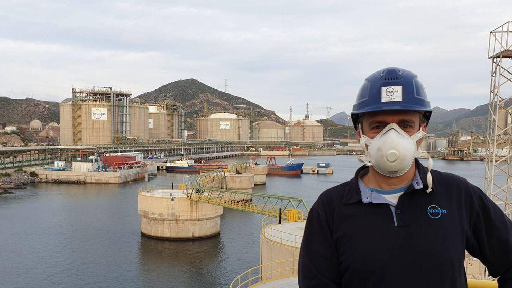 Foto: Alejo Ruiz, uno de los trabajadores confinados en la planta de Enagás en Cartagena, en una imagen tomada este jueves.