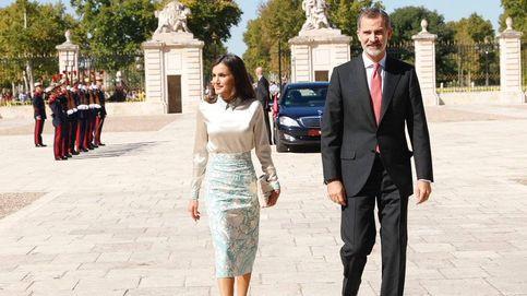 La reina Letizia reinventa el mantón de Manila