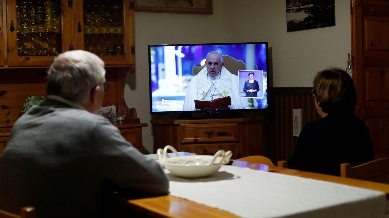 Italianos siguiendo al Papa desde sus hogares. (EFE)